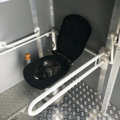 Унитаз в автономном туалетном модуле для инвалидов А-3