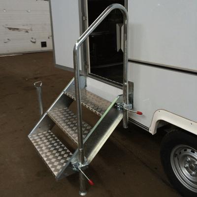 Приставная лестница в автономном туалете на колесах