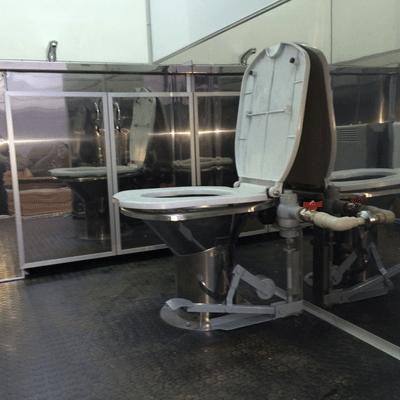Унитаз в автономном туалете на колесах